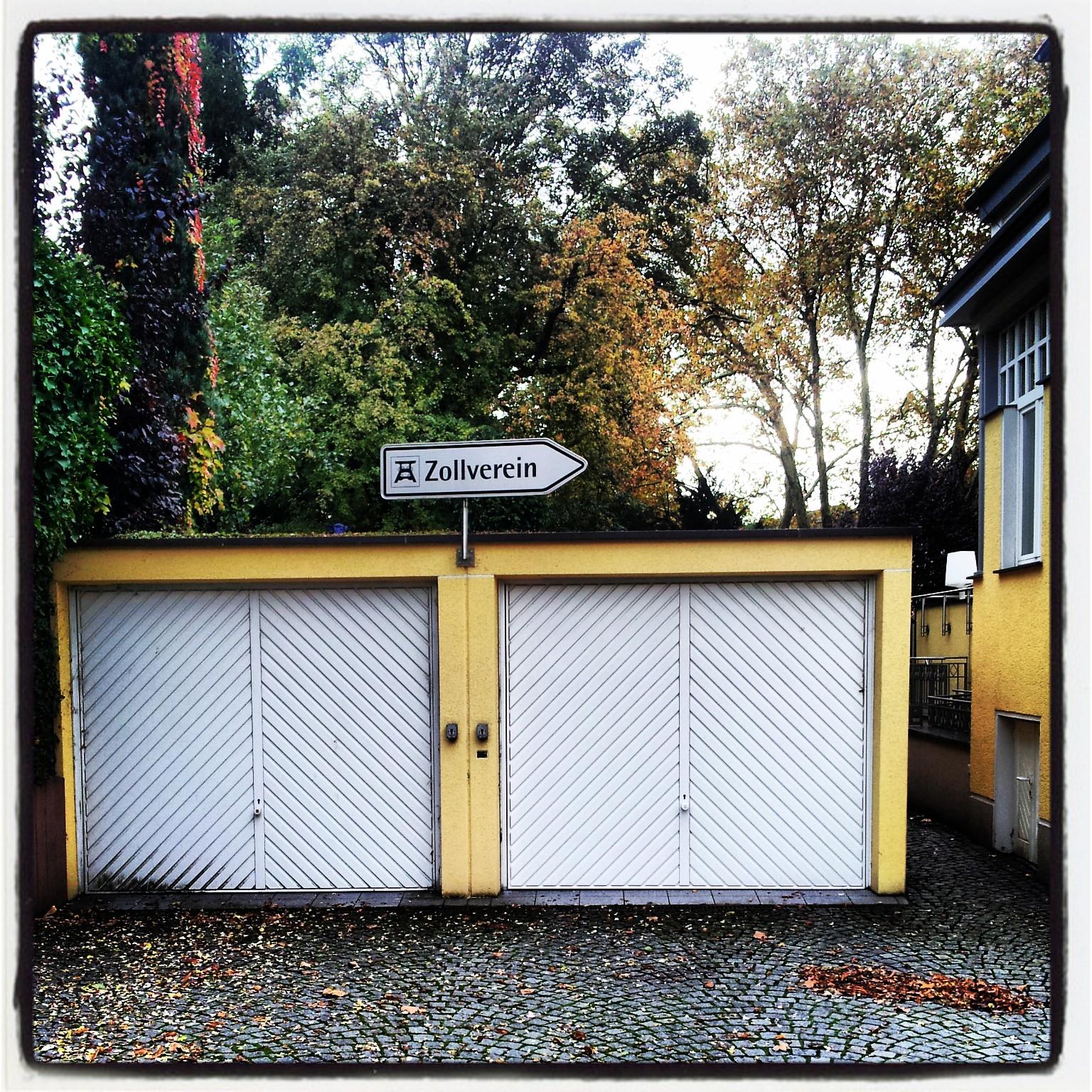 Wegweiser auf einer Garage - Zeche Zollverein